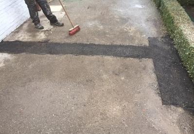 Afwerken van herstelling met koud asfalt
