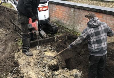 Opengraven om tot bij mazouttank te komen